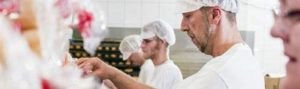 Mitarbeiter der Baguette-Bäckerei W. Stahmer beim Verpacken der La Flûte